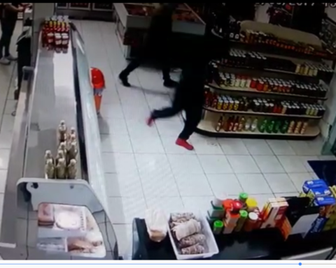 Imagens da câmera de segurança em açougue mostra bandido armado