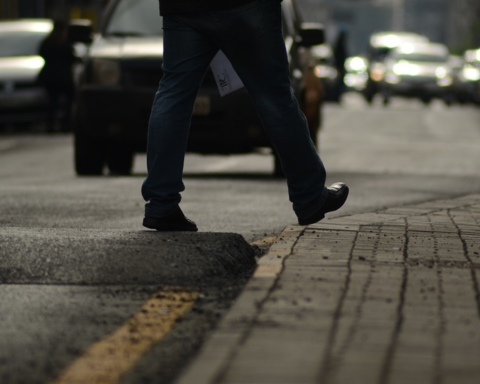 pedestre atravessa em faixa elevada sem sinalização