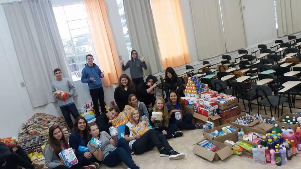 Foto-2-alunos-organizando-doações.jpg
