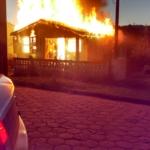 Casa é totalmente destruída pelo fogo após incêndio criminoso