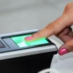 Sensor de biometria fazendo reconhecimento da impressão digital
