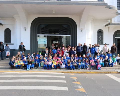 Alunos de escolas das localidade de Jangada e São Pedro do Timbó em frente à Câmara de Porto União