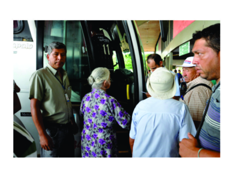 Idosos embarcando em ônibus