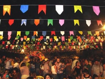 Bandeirinhas fazem parte das tradições juninas