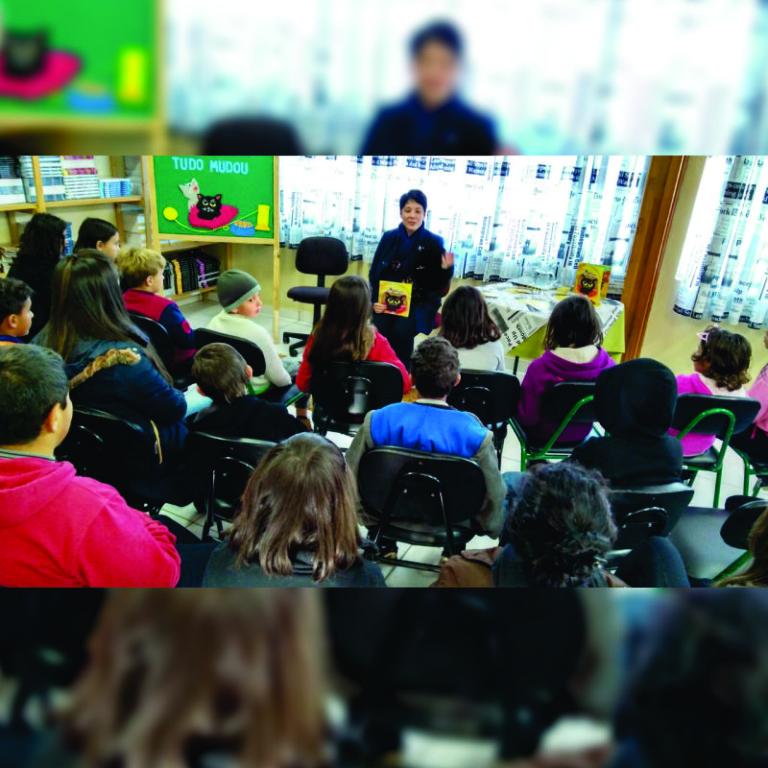Livro-sendo-apresentando-para-alunos.jpeg