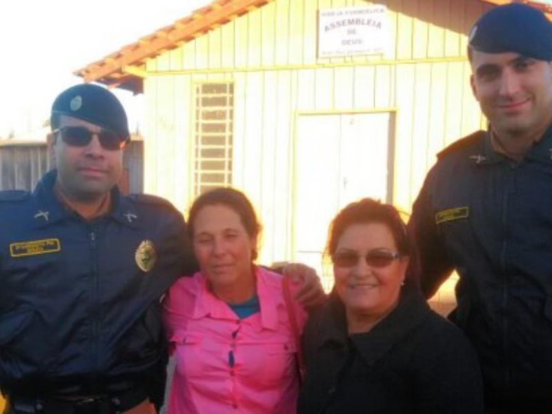 Policiais-ajudam-filha-a-reencontrar-a-mae.jpg