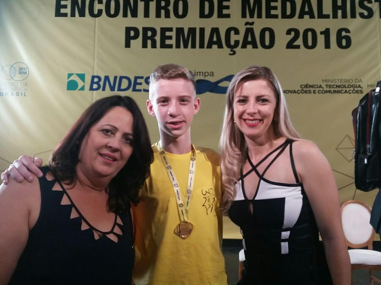 Foto-3-gerente-Celina-aluno-Bruno-e-diretora-Rutiane-na-premiação-no-Rio-de-Janeiro.jpg