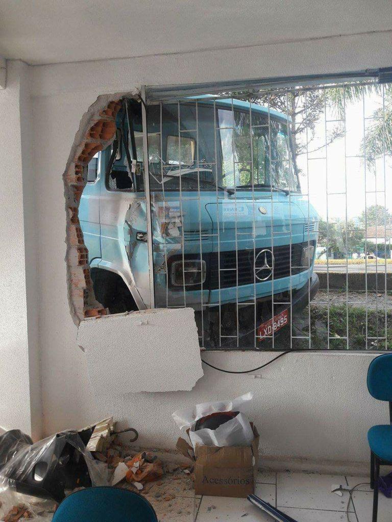 f041217-Caminhão-cai-e-bate-em-loja-1.jpg