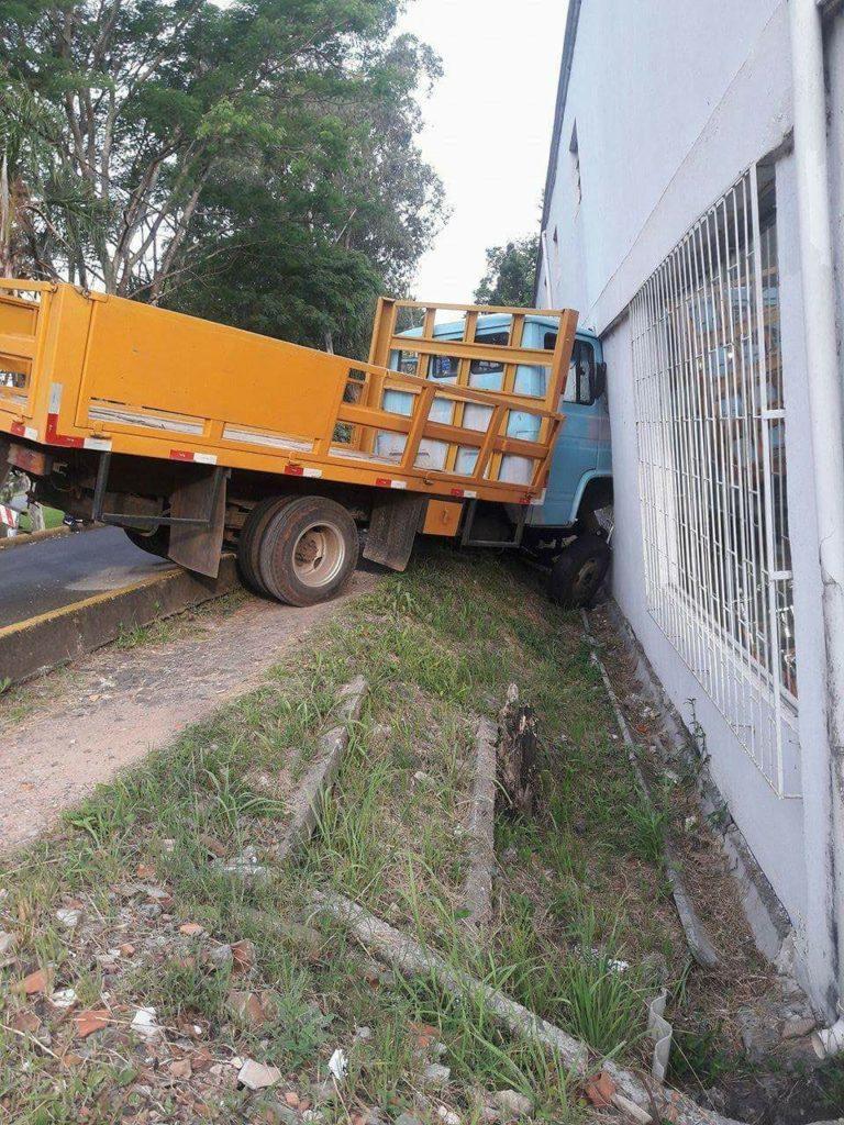 f041217-Caminhão-cai-e-bate-em-loja-3.jpg