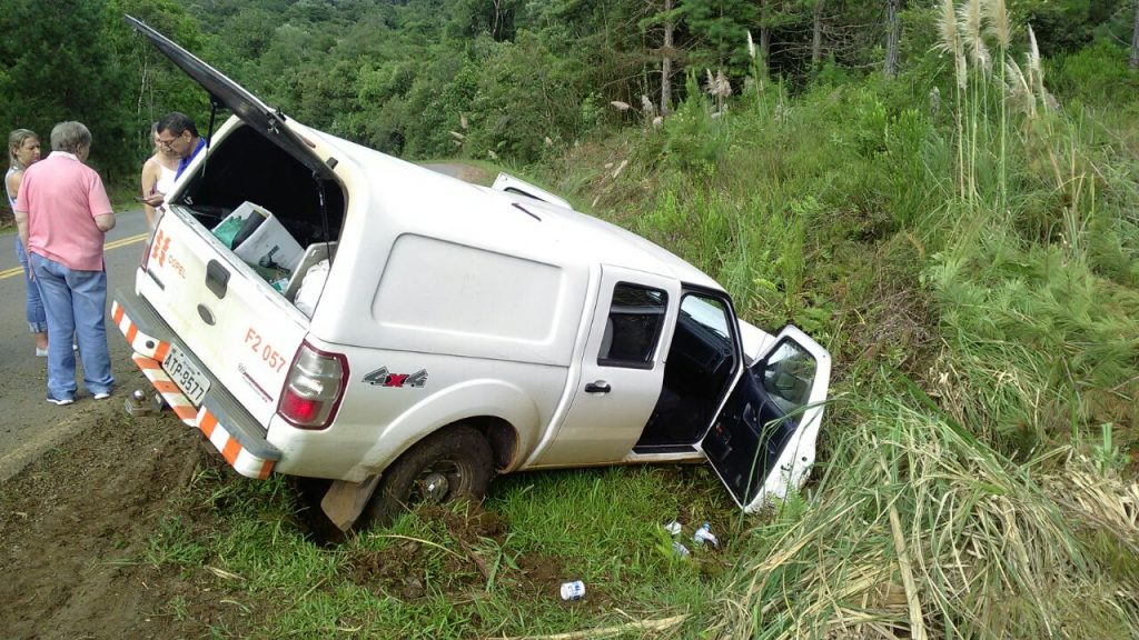 f310118-ACI-Camionete-Copel-Acidente-Estrada-Cruz-Machado-2.jpg