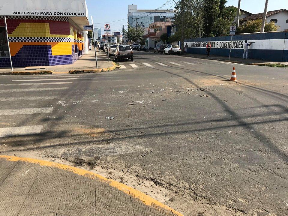 f18-07-18-acidente-de-transito-cacos-no-asfalto.jpg