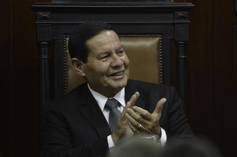 O presidente da República em exercício, Hamilton Mourão, participa da posse do presidente do Superior Tribunal Militar, Marcus Vinícius dos Santos, e do vice, José Barroso Filho.