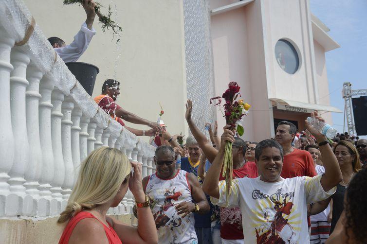 Fiéis lotam a igreja de São Jorge, em Quintino, na zona zorte do Rio de Janeiro em comemoração ao dia do Santo.