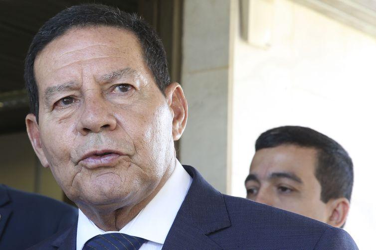 O presidente da República em exercício, Hamilton Mourão, fala à imprensa, no Palácio do Planalto.