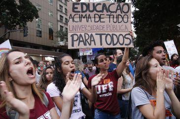 Estudantes e professores de institutos federais e universidades fazem manifestação na Avenida Presidente Vargas em protesto contra o bloqueio de verbas da educação.