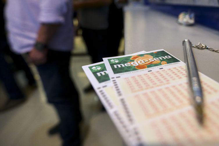 Apostadores fazem fila em casa lotérica. A Caixa Econômica Federal sorteia hoje (08) as seis dezenas do concurso 2.149 da Mega-Sena acumulada, que deve pagar um prêmio de R$ 170 milhões.