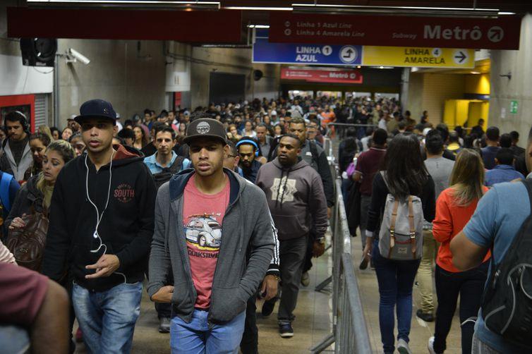 Integração entre os trens da Companhia Paulista de Trens Metropolitanos (CPTM) e o metrô na Estação Luz.