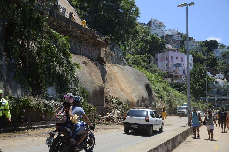 Avenida Niemeyer, em São Conrado, foi parcialmente liberada hoje (9). O tráfego na via é feito de maneira reduzida. Equipes da prefeitura trabalham na contenção das encostas, remoção da lama e retirada de árvores com ameaça de queda.